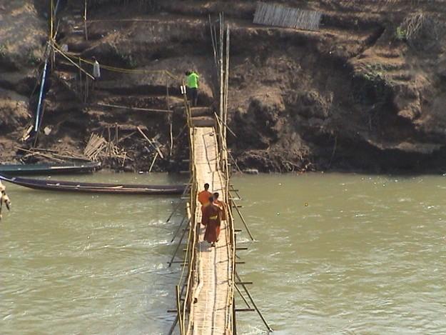 Pont de bambou à Luang Prabang