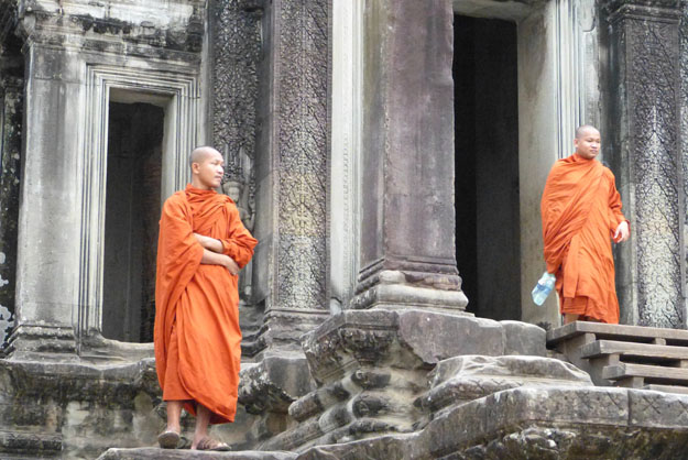 bonzes sortant d'Angkor vat