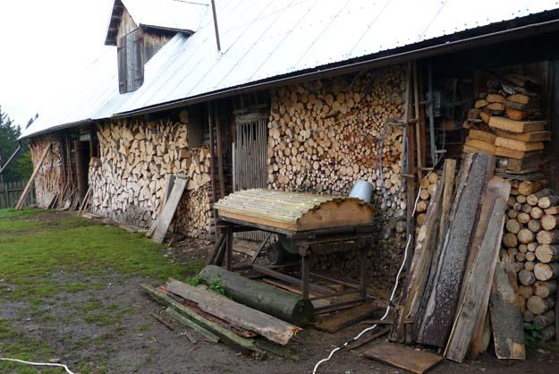 Rangement du bois de chauffage le long de l'étable