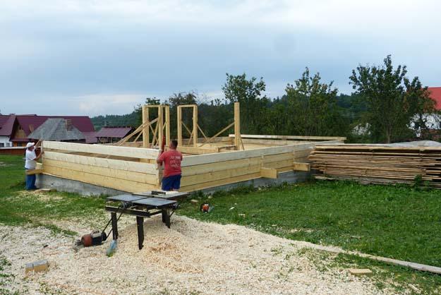 Montage de la maison de bois