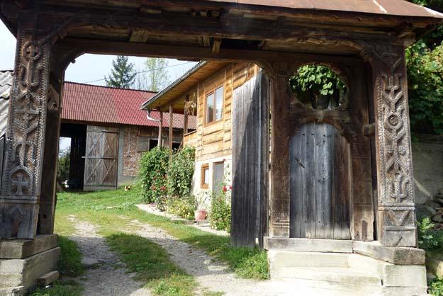 porche travaillé et intérieur d'une cour (Breb)