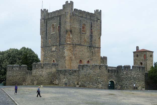 La cité médiévale de Bragança et son château entourés de fortifications