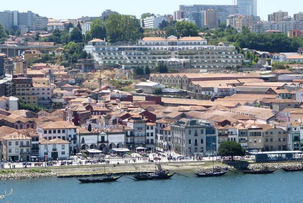 Les quais animés de Porto, au bord du fleuve Douro
