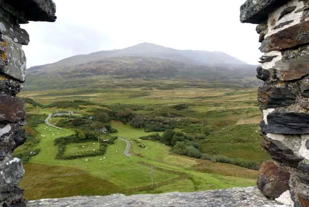 Vue depuis le même château sur les montagnes Snowdonia
